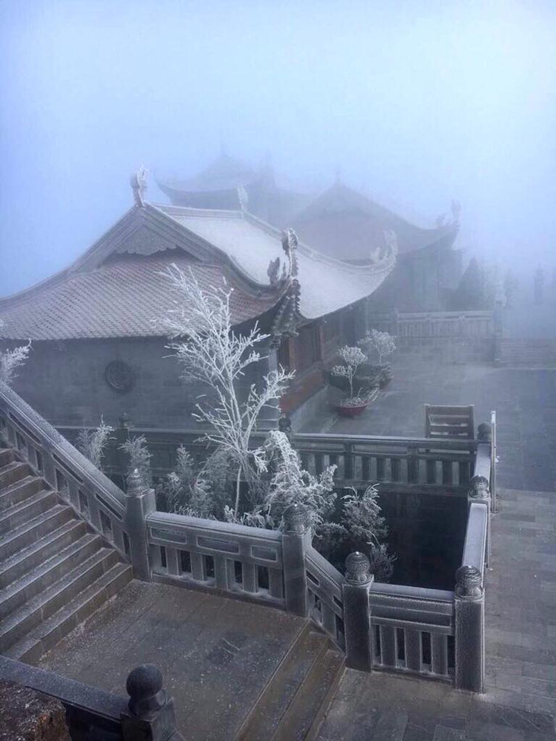 Du khách rất thích thú khi thấy cảnh tuyết trắng đỉnh Fansipan chỉ sau 1 đêm. Ảnh: VietNamNet