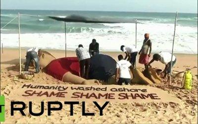 Tượng cát khổng lồ bên bờ biển về bé trai tị nạn Syria
