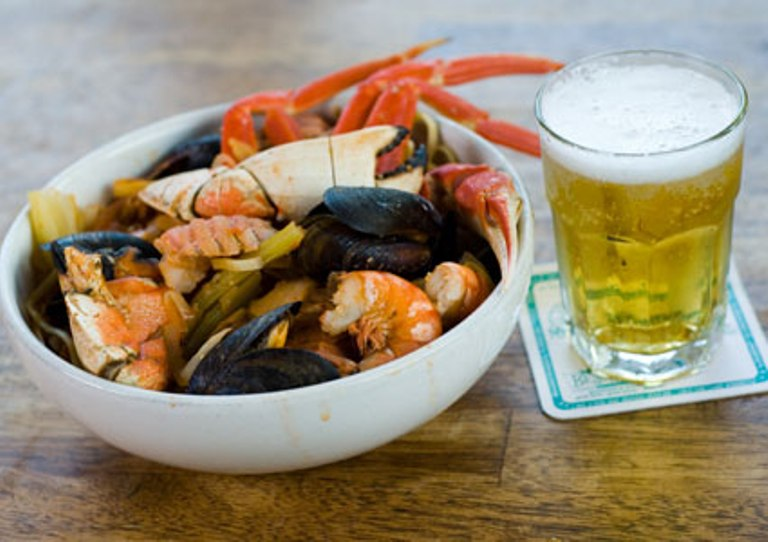 Uống bia khi ăn hải sản dễ bị gout. Ảnh minh họa