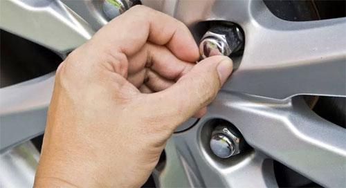Đai ốc xe Ford ở Mỹ bị cho có thể nở và vỡ tách gây khó khăn trong việc tháo vành, thay lốp. Ảnh: Driving