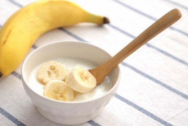 Ăn chuối kết hợp uống sữa sẽ gây nhiều tác dụng phụ nguy hại cho sức khỏe. Ảnh minh họa
