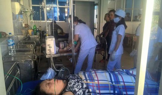 Các y bác sĩ tích cực điều trị cho một trong 5 bệnh nhân. Ảnh: Người lao động