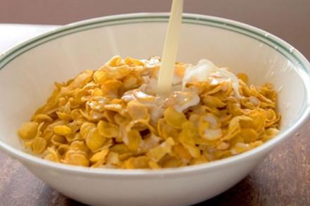 Ngũ cốc và sữa khi kết hợp với nhau có thể làm tăng cảm giác thèm ăn vặt. Ảnh minh họa