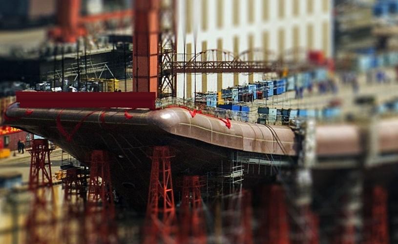 Các hình ảnh mới nhất cho thấy, tàu sân bay Type 001A mà Trung Quốc đang chế tạo đã lắp xong boong phóng nhảy cầu. Theo thông tin trên báo Kiến Thức, báo mạng Sina dẫn hình ảnh dân mạng Trung Quốc 'chụp lén' nơi đang đóng tàu sân bay nội địa đầu tiên của nước này cho thấy, module boong phóng nhảy cầu đã được lắp vào thân chính tại nhà máy Đại Liên.