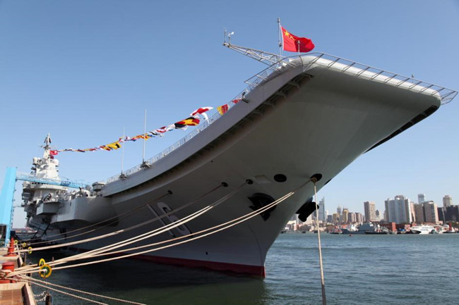 So với tàu sân bay Liêu Ninh (trong ảnh), nhiều nguồn tin cho rằng tàu sân bay mới sẽ có khác biệt lớn nhất là bộ phận cất cánh kiểu nhảy cầu đã bị dỡ bỏ khỏi mô hình tàu sân bay, điều này càng làm cho dư luận phán đoán tàu sân bay thứ ba của Trung Quốc sẽ lắp máy phóng điện từ (giống công nghệ phóng máy bay trên hàng không mẫu hạm của Mỹ).