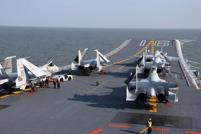 Huấn luyện cất cánh, hạ cánh máy bay chiến đấu trên tàu sân bay Liêu Ninh của Trung Quốc.