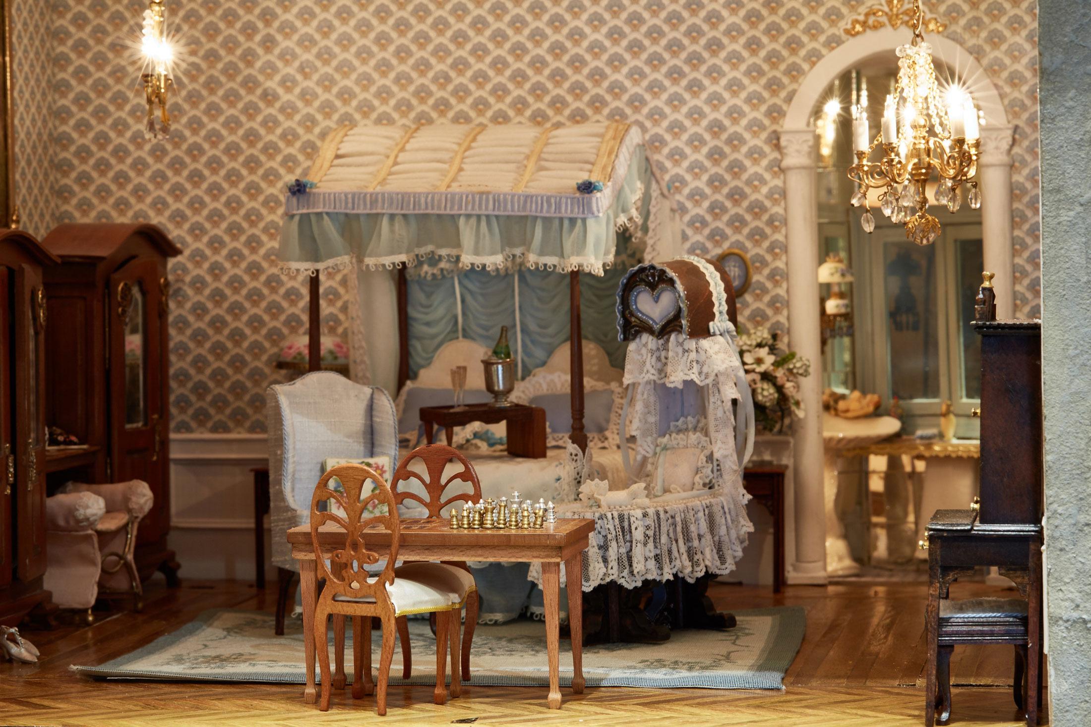 Chủ sở hữu của Astolat có khoảng 30.000 món đồ nội thất để sử dụng luân chuyển quanh năm trong tòa lâu đài búp bê.
