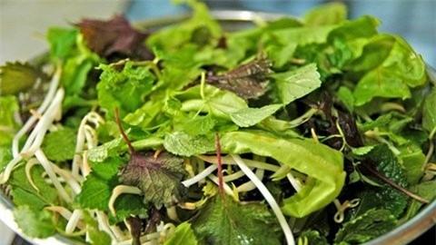 Theo các chuyên gia, bạn nên hạn chế ăn rau sống để tránh nhiễm giun, sán. Ảnh minh họa