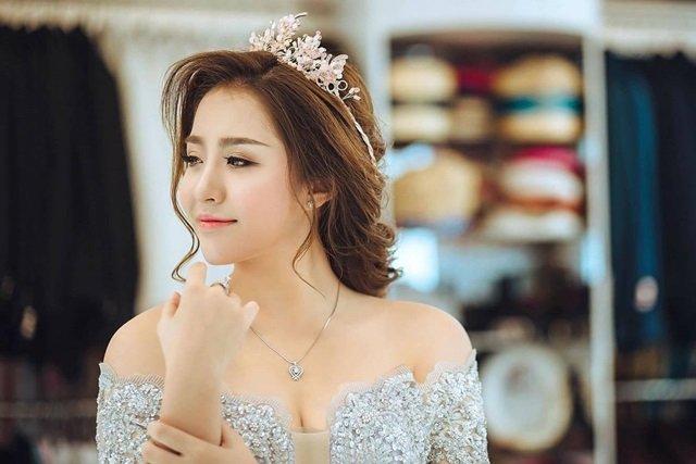 Vợ chồng anh Đông sống tại Đà Nẵng, người vợ trẻ xinh đẹp chính là chị Mai – bà chủ của một thương hiệu studio áo cưới nổi tiếng.