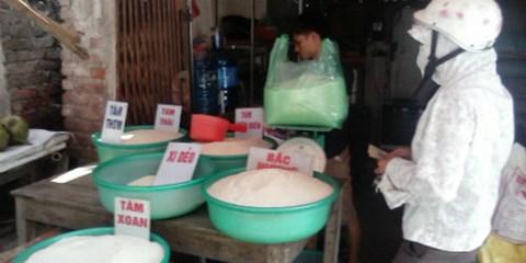 Tin đồn gạo ướp thuốc khiến tiểu thương lao đao