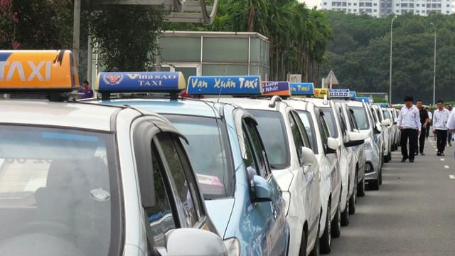 Trong khi giá xăng dầu đã giảm gần 1.000 đồng/lít thì giá cước taxi ở Hà Nội vẫn chần chừ chưa chịu giảm