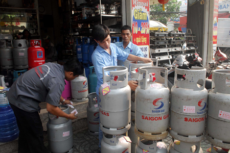 Giá gas bán lẻ tối đa tới tay người tiêu dùng khu vực TPHCM là 265.000 đồng/bình 12kg