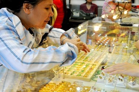 giá vàng trong nước và giá vàng thế giới có dấu hiệu giảm do cổ phiếu tăng