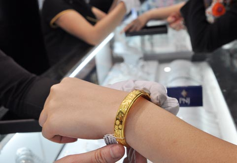 Chênh lệch giữa giá vàng trong nước và giá vàng thế giới hôm nay đang ở mức thấp kỷ lục là 700.000 đồng/lượng