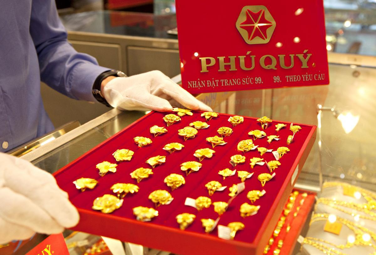 Chênh lệch giữa giá vàng trong nước và giá vàng thế giới hôm nay ở khoảng 900.000 đồng/lượng