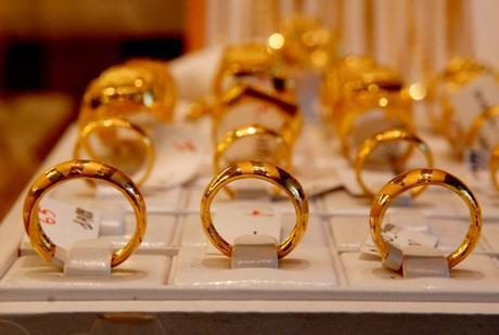 Giá vàng trong nước hôm nay đang rẻ hơn giá vàng thế giới khoảng trên dưới 400.000 đồng/lượng