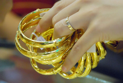 Tính từ đầu tuần đến nay, giá vàng trong nước đã mất khoảng 400.000 đồng/lượng do ảnh hưởng từ đà giảm của giá vàng thế giới