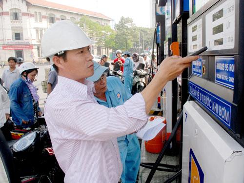 Giới doanh nghiệp trong nước dự đoán giá xăng sẽ giảm 500 đồng/lít vào ngày 18/2