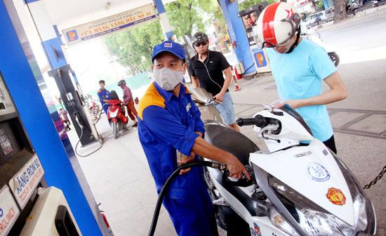 Giá xăng hôm nay giảm đánh dấu lần thứ 3 liên tiếp giá nhiên liệu này đi xuống