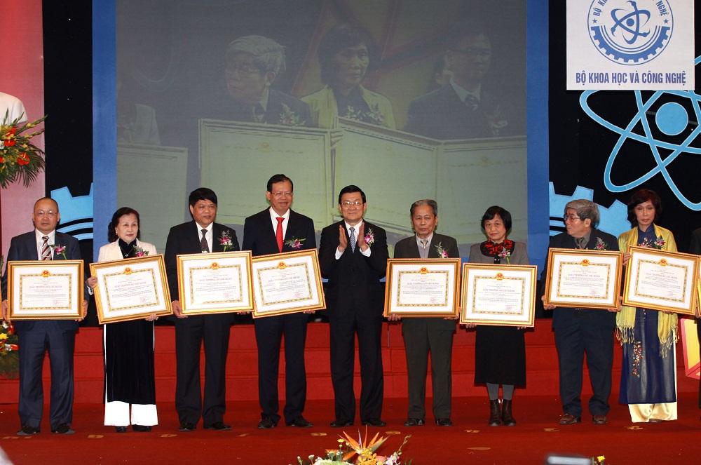 Đại diện tác giả và nhóm tác giả được trao giải thưởng Hồ Chí Minh về KH&CN năm 2010