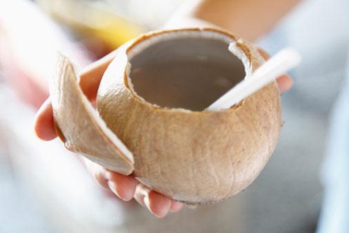 Không chỉ giúp giảm béo, nước dừa còn giúp làn da trở nên sáng, tư nhiên hơn