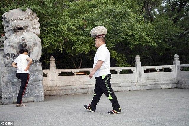 Ông Cong Yan đi bộ mỗi sáng 3km. Ảnh: Daily Mail