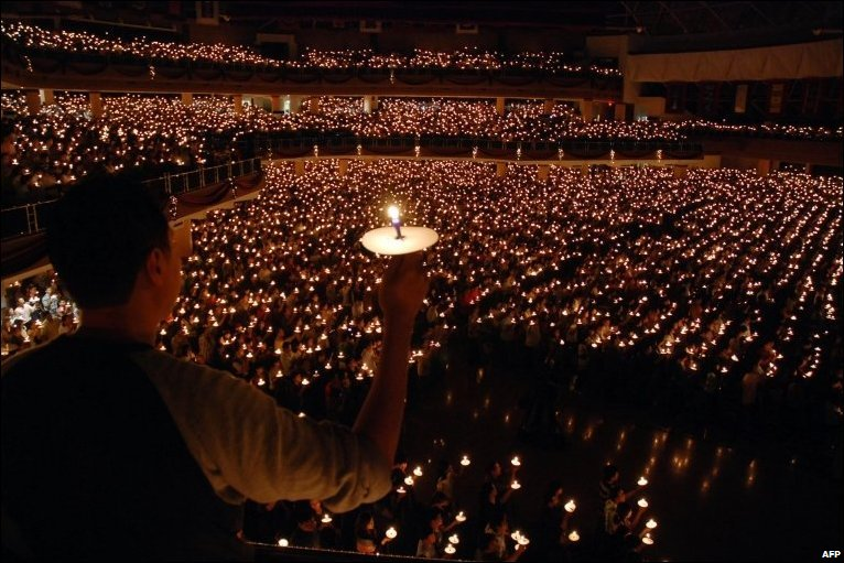Hàng nghìn người thắp nến tại một lễ cầu nguyện ở thành phố Surabaya, Indonesia.  Ảnh AFP