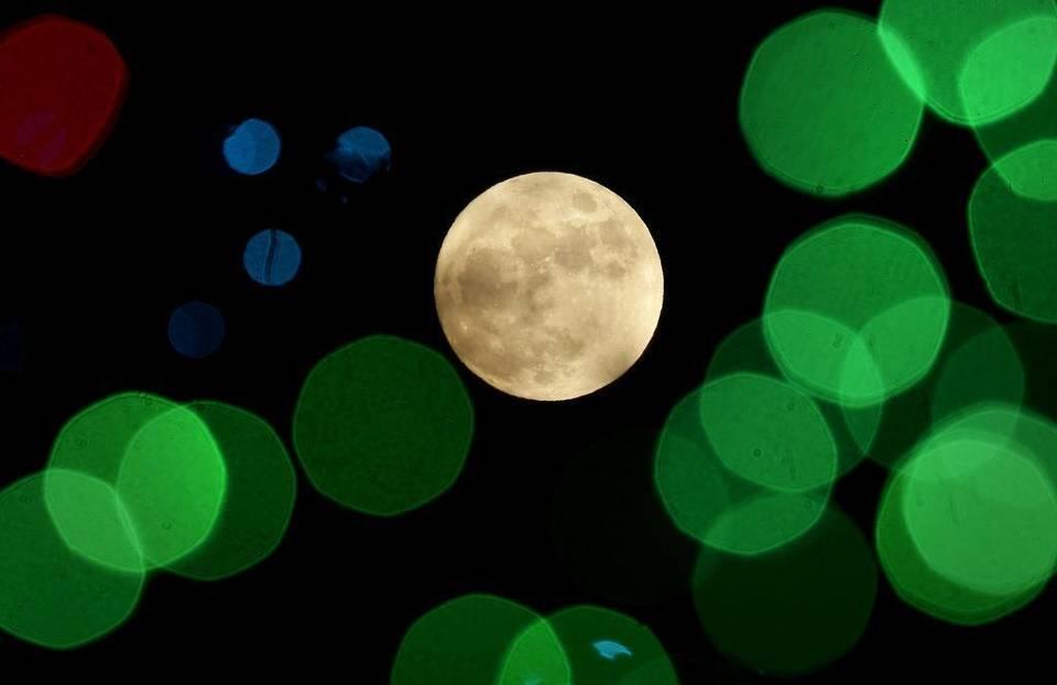 Hiện tượng Trăng lạnh diễn ra trong đêm Giáng sinh 2015. Ảnh Charlie Riedel/ AP