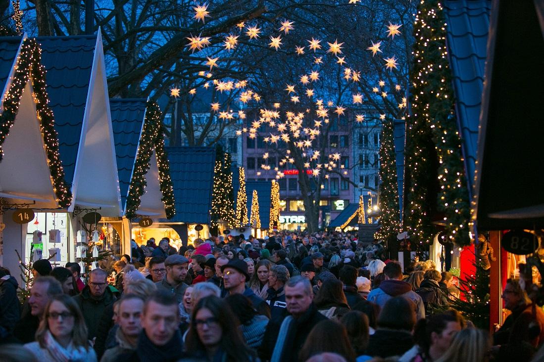 Quang cảnh đông đúc nhộn nhịp tại một khu chợ Giáng sinh 2015, Cologne, Đức. Ảnh Krisztian Bocsi/Bloomberg