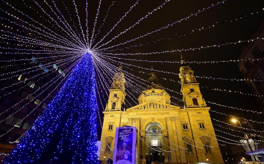 Cây thông Noel tuyệt đẹp trước cửa nhà thờ St. Stephan Basilica – nhà thờ lớn nhất tại Budapest. Ảnh Attila Kisbenedek/AFP/Getty Images