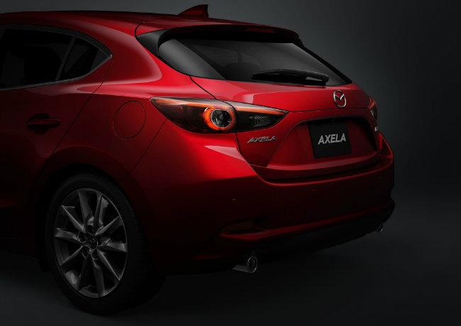 Hệ dẫn động toàn bánh i-Active của Mazda cũng được tùy chọn cho loại động cơ SkyActiv-D 2.2. Các công nghệ liên quan đến điều khiển xe khác trên Mazda 3 2017 còn có hệ thống phanh tái sinh năng lượng (i-ELOOP), tắt máy khi xe dừng lâu (i-Stop), hỗ trợ lái xe (i-DM) và lựa chọn chế độ lái (Sport mode).