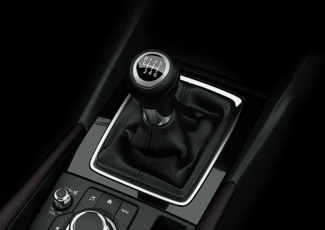 Bước vào bên trong, Mazda 3 2017 vẫn giữ hệ thống màn hình thông tin MZD Connect ở giữa bảng điều khiển. Các chi tiết khác vẫn không thay đổi như điều hòa nhiệt độ hai chiều và thiết kế các cánh thông gió của điều hòa.