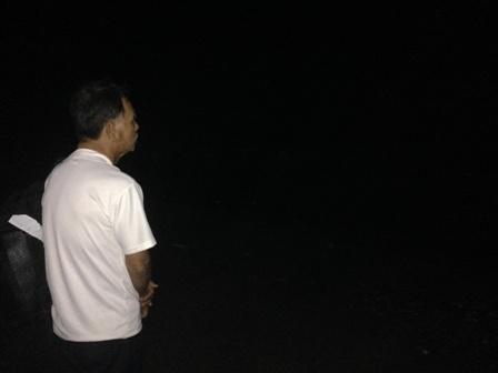 Ông Võ Văn Thành ngóng chờ tin cháu suốt đêm tại bờ biển