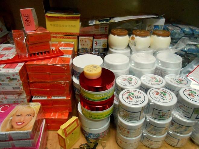 """Trên thị trường hiện nay, giá một số loại kem trộn làm trắng, dưỡng ẩm, tẩy tế bào chết đều khá """"mềm"""". Ngoài giới thiệu là hàng tự trộn bằng nguyên liệu ngoại nhập (thường là Thái Lan), người bán còn bảo hành cả về uy tín, chất lượng. Một hũ kem trộn 100 gr được cho là dưỡng trắng cực nhanh có giá 85.000 đồng. Loại dưỡng ẩm 70.000 đồng/hũ, tẩy tế bào chết 80.000 đồng. Trong ảnh: Kem trộn được bán tại một cửa hàng trong ngách nhỏ trên phố Nguyễn Chí Thanh (quận Đống Đa, Hà Nội)."""