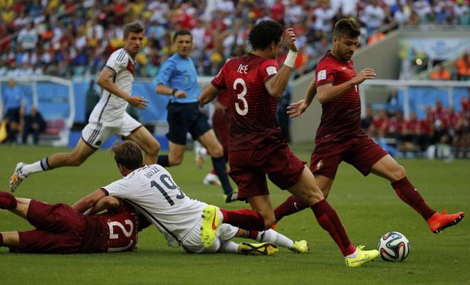 Goetze bị phạm lỗi, Đức được đá penalty.
