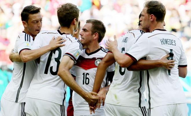 Và cầu thủ Đức ăn mừng bàn mở tỷ số của Mueller