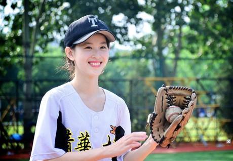 Cô sinh ngày 18/11/1993, trong một gia đình rất giàu có ở Nam Kinh. Bố cô - ông Chương Lệ Hậu làm giám đốc điều hành một tập đoàn lớn ở Nam Kinh. Ông còn được biết tới là tiến sĩ chuyên ngành cơ điện hàng không, một kỹ sư cấp cao và là nhân vật có máu mặt lẫy lừng tại thành phố này.