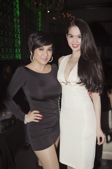 Ngọc Trinh chụp ảnh cùng Trizzie Phương Trinh.