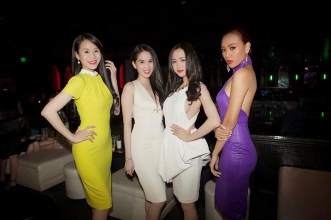 Dàn người mẫu đến từ Việt Nam khoe sắc trong các mẫu thiết kế mới của thương hiệu Ngọc Trinh.