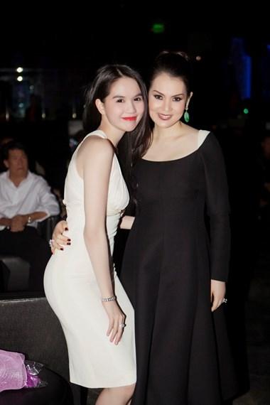 Khi show diễn kết thúc, Ngọc Trinh còn hội ngộ người chị thân thiết, diễn viên điện ảnh Kim Thoa