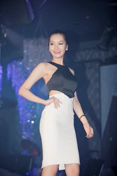 Người mẫu Anh Thư trình diễn một mẫu thiết kế mới nằm trong BST của thương hiệu Ngọc Trinh.
