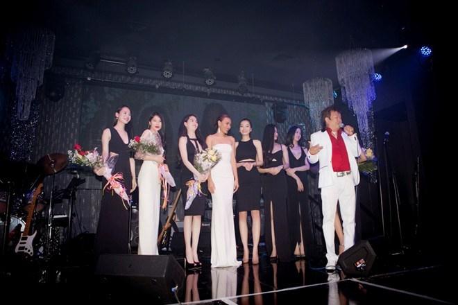 Các người mẫu bước ra sân khấu chào khán giả.