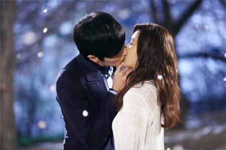 Quà tặng giáng sinh cho bạn trai đáng nhớ nhất sẽ là nụ hôn đầu của hai người