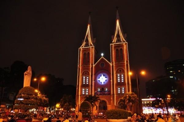 Nhà thờ Đức Bà luôn là nơi có không khí vui chơi Giáng sinh náo nhiệt nhất và khung cảnh tuyệt đẹp để chụp hình