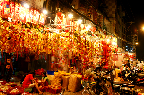Đi chơi chụp hình ở khu phố người Hoa còn là cơ hội để mua sắm những món đồ trang trí giá mềm