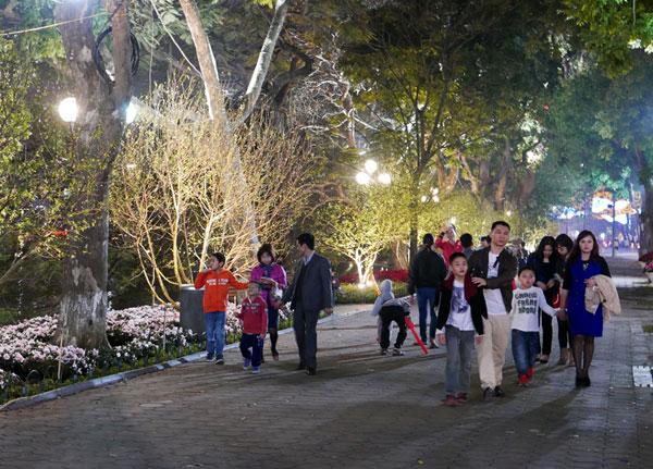 Nhân dân Hà Nội đổ về Hồ Gươm xem pháo hoa Giao thừa