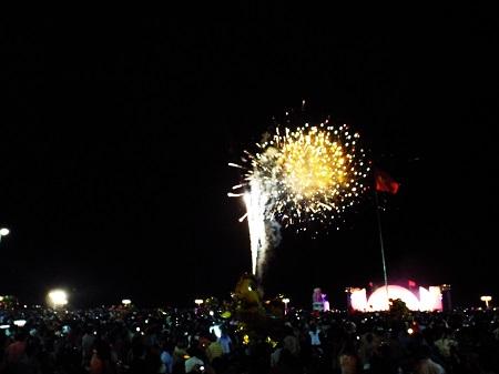 Khi những tiếng pháo hoa đầu tiên phát nổ và lóe sáng trên bầu trời Nha Trang thì hàng ngàn cánh tay vỗ reo hò, nhiều người ôm chầm lấy nhau trong hạnh phúc vỡ òa của năm mới Ất Mùi. Ảnh: Dân trí