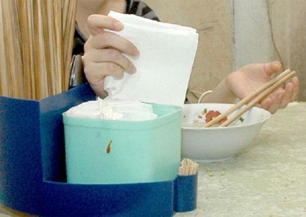 Giấy ăn không rõ nguồn gốc được sử dụng trong một số quán ăn bình dân. Ảnh minh họa