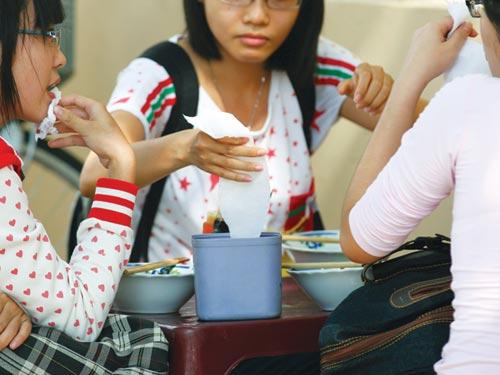 Nguy cơ mắc bệnh nguy hiểm khi thường xuyên sử dụng giấy ăn không rõ nguồn gốc