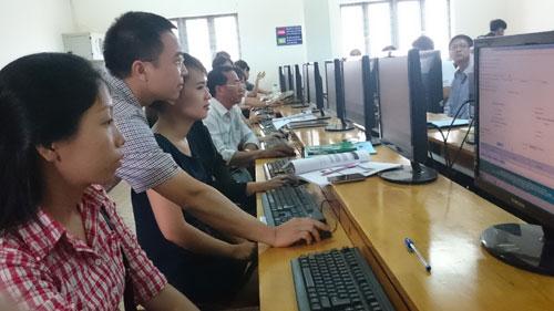 Cán bộ Cục đăng kiểm Việt Nam trực tiếp hướng dẫn các doanh nghiệp đăng ký giấy phép nhập khẩu xe máy trên Cổng thông tin một cửa Quốc gia